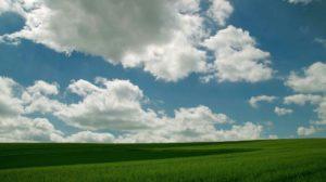 Weinviertel Himmel mit Wolken und grünen Äckern