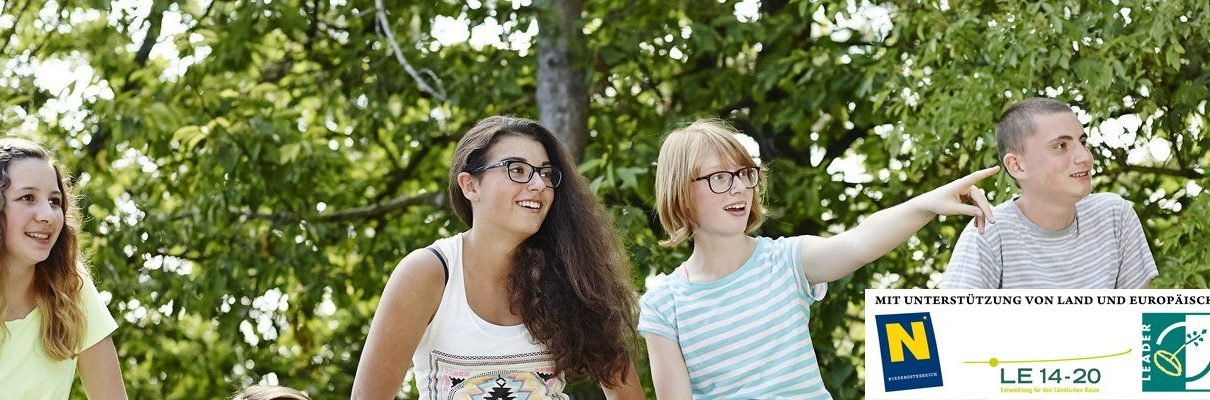 Jugendliche vor Bäumen Jugentourismus Weinviertel